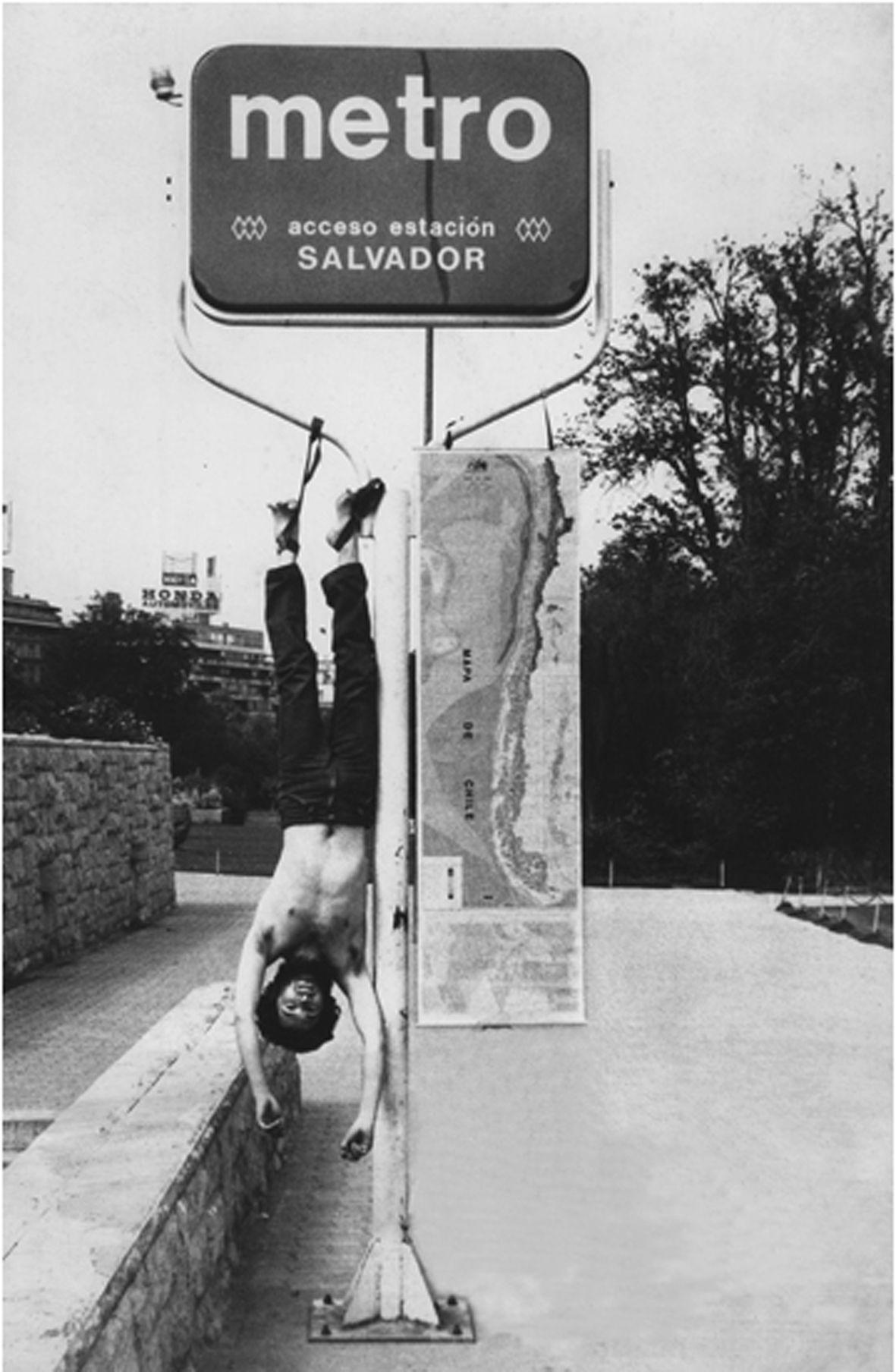Elías Adasme,A Chile -Intervención corporal de un espacio público.Chile(1979-1980). Courtesy of the artist.