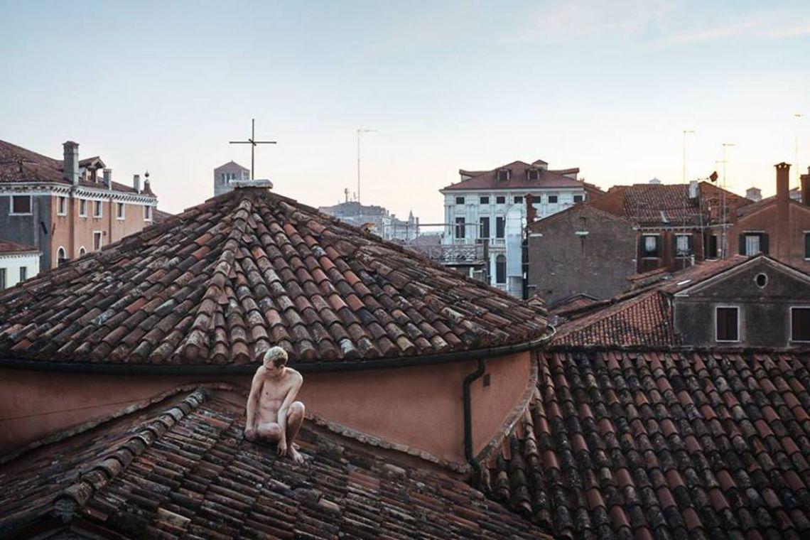 Jin Bells. Durational performance at the ART WEEK | FRINGE of the III Venice International Performance Art Week 2016. Image © Guido Mencari.